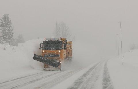 FAREVARSEL: Det er ventet snø tirsdag morgen. Alle må legge om til vinterdekk nå, oppfordrer vegmyndigheter og meteorologer. Vegtrafikksentralen opplyser at de har alle tilgjengelige entreprenører i beredskap. Illustrasjonsfoto: Paul Kleiven, NTB scanpix