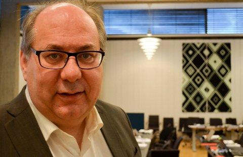 ALLE FIKK GAVER: Fylkesrådsleder Per-Gunnar Sveen (Ap) opplyser at alle ansatte i Hedmark fylkeskommune har fått en avskjedsgave verdt 680 kroner, til sammen 1,35 millioner kroner. (Foto: Bjørn-Frode Løvlund)