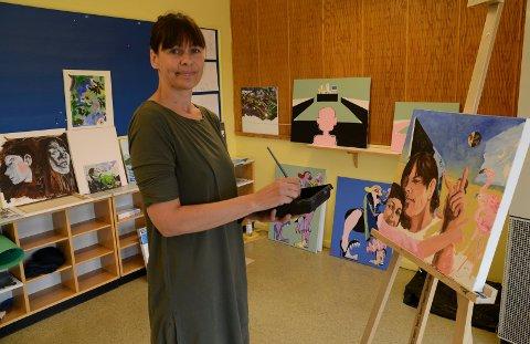 I GANG: Kristin Larsson er en spennende kunstner som nå satser for fullt med nytt atelier i Kilskula på Åsnes Finnskog. Der er et klasserom blitt atelier.