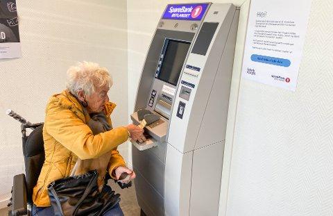FAST KUNDE: Randi Kroken er bankkunde i Løten og liker svært dårlig at minibanken snart blir borte.