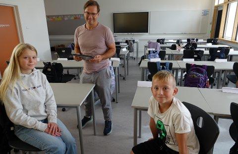 TOPP MODERNE: Det er topp moderne utstyr i alle klasse- og grupperom. Mia Skulstad og Alexander Einarsrud Siljuberg er stolte av nyskolen. Det er også assisterende rektor, Morten Libekk.