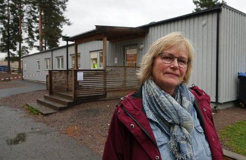 NYTT TESTSENTER: I denne brakkeriggen ved tidligere Vålbyen skole er det nå koronatestsenter. – Dette er et godt egnet sted, sier helsesjef Siri Brunborg.