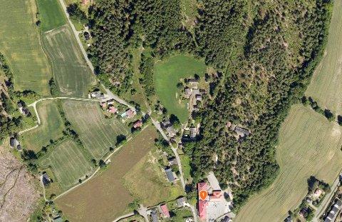 Omreguleringen det søkes om er på Torød. Du ser Torød skole markert med et ett-tall i kartet. Området som ønskes satt av til boliger strekker seg fra Oserødveien og i retning bebyggelsen du ser øverst på dette bildet og videre innover. Lenger ned i saken finner du et mer detaljert kart.