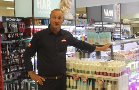 Meny Flåtten-sjef Kristian Kalvenes viser fram butikkens flunkende nye hyller, og begynner å se slutten på oppussinga.