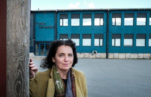Skolesjefen i Rana kommue, Lillian Nærem foran Gruben barneskole. Nå er det klart at det er mest lønnsomtå bygge ny skole, i stedet for å renovere den gamle.
