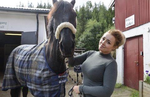 SATSER: Tine Kristin Johansen Haldorsen har overtatt driften av stallen og ridehallen på Mofjellstua.