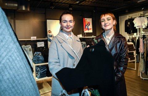 Julia Hassel (20) og Bertine Monsen (19) skal bytte bukser og en boksåpner.