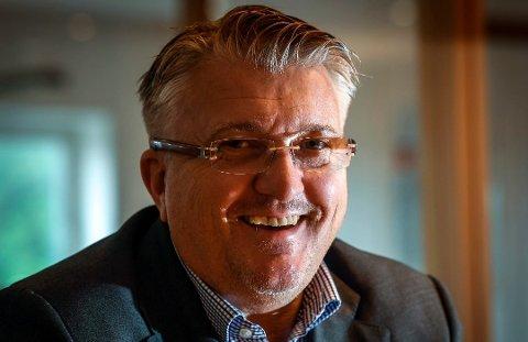 Styreleder i NHO, Espen Haaland, smiler fra øre til øre etter statsministerens klare flyplasstale til Rana Blad torsdag kveld.