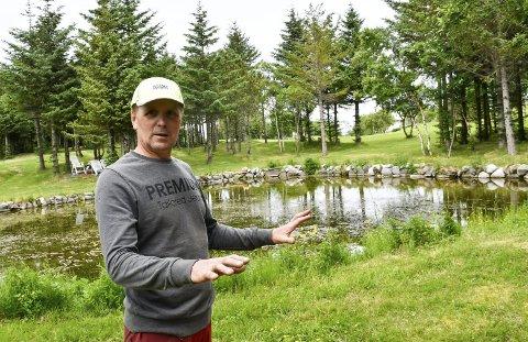 Bygd opp: Stein B. Isaksen har gjort et møysommelig arbeid på golfbanen i mange år. Blant annet er dammer demmet opp og bygd om slik at det både er flott og gir litt utfordringer for golfspillerne. Foto: Gøran O. Pedersen