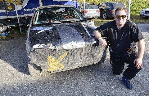 Martin Wikran, NMK Rana, berget så vidt bilen fra storflommen. Lørdag slo han til og vant åpen klasse i bilcrossløpet på Røssvoll Motorstadion.Foto: Trond Isaksen