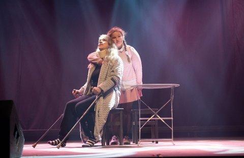 """TIL OLAVSHALLEN: Ringsaker Teater med Cecilie Gregersen (t.v.) og Ingebjørg Stenbakken gikk helt til topps i NM i revy med nummeret """"Se opp"""". Nå skal de til Olavshallen i Trondheim."""