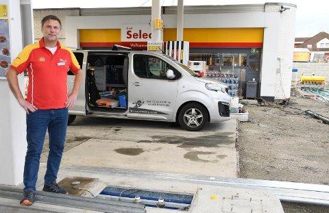 Her blir det lading: Om noen uker får Moelv sine første offentlige hurtigladere for elbil. - Dette har vi ventet på lenge, sier Jon Erling Trulsen.