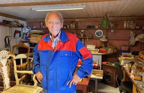 BRUKER MYE TID: Frank Engevold tilbringer mange timer i verkstedet i uthuset i Spikdalsvegen.