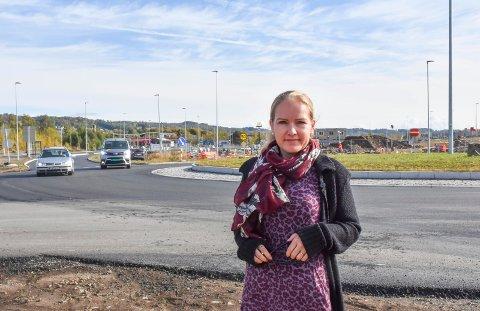 GIR LØSNINGEN: Slik mener trafikklærer Lillian Giæver ved Din Trafikkskole at man skal kjøre gjennom rundkjøringen.