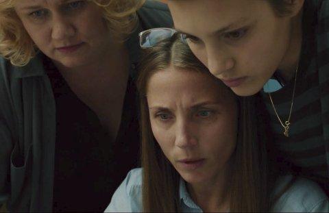 Ruby Dagnall fra Nesodden som Rosemari (t.h.), Tuva Novotny som journalist og Laila Goody som redaksjonssjef i den lokale radiokanalen.