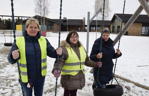 Tillitsvalgt Eva Monika Bryhn (fra venstre) og kollegene Elin Solberg og Olaug Sundland er redde for at de ikke vil rekke å være der for alle barna når en voksen skal passe på 20 elever.
