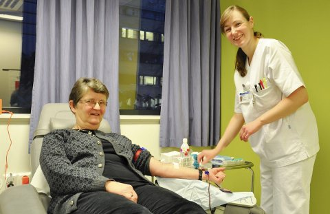 Åsa Bjertnæs (64) fra Jevnaker har tappet blod 90 ganger. Fagbioingeniør Kathrine Berntsen tar seg effektivt av tappingen.