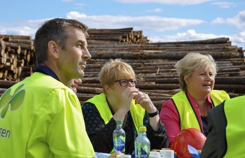 I dag starter forhandlingene mellom Trine Skei Grandes Venstre og Erna Solbergs Høyre, samt Frp. Her fra et besøk på Treklyngen under forrige valgkamp.
