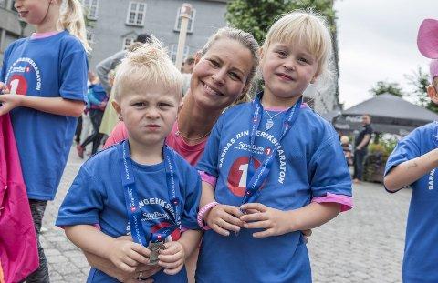 Barneløpet på maratondagen: Ludvik (2) og Iben (4) sammen med mamma Thea Bekkevold.