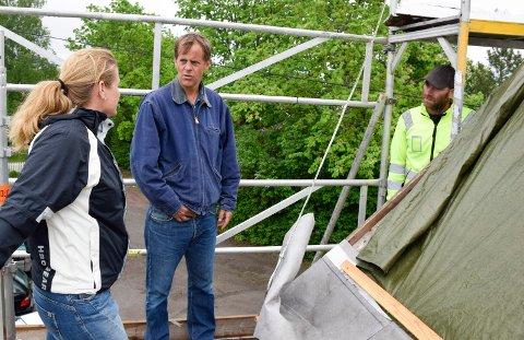Taket på Bønsnes kirke må repareres. Seniorrådgiver hos Riksantikvaren, Sjur Mehlum, er på befaring sammen med kirkeverge Julie Ulven og taktekkermester Bjørn Schramm.