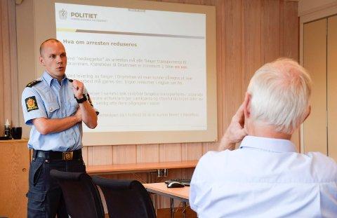 VIL ALDRI AKSEPTERE: Hovedtillitsvalgt Verner Svendsen vil aldri akseptere at beredskapen lider av en nedlegging av arresten i Hønefoss. Før valget møtte han Per Olaf Lundteigen (Sp, med ryggen til).