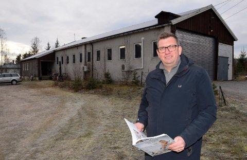 RIVES: Den gamle bussgarasjen på Hallingby er for lengst tatt ut av bruk. Nå vil Nils Olav Sætheren rive den og bygge boliger.