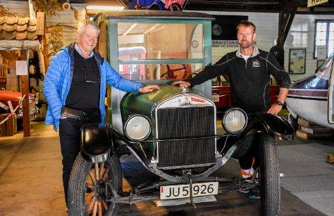 94-ÅRING: Jan Solberg fikk med en 1926-modell T-ford på kjøpet da han tok over Narum-gården. Einar Skrutvold har satt bilen i stand igjen, og kjørte den til Samferdselshistorisk senter.