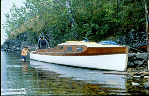 """Magne og Arne Heisholt kjøpte """"Vips"""" våren 1972. De tok den med fra Møsvann og sjøsatte den på Tinnsjøen (privat foto)"""