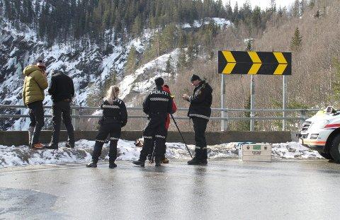 POLITI: Politiets innsatsleder Åsmund Sanda ledet arbeidet fra Vemork. Han satte inn et framskutt observasjonsenhet ved Våer (bildet)   følger letearbeidet fra Våersida av juvet. En drone er også satt inn. Øverst i venstre hjørne av bildet kan en skimte redningsmannskaper fra brannvesenet og Langfjella Alpine Redningsgruppe. (alle foto Ole Jon Tveito)