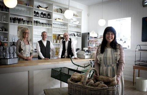 Denne uka åpnet May-Lis Ekstrøm Hoel (t.h.) gårdsbutikk og kafé hjemme på gården i Eidsvoll. Med seg på laget har hun Rønnaug Habberstad, Paul Arne Bolgen og Erik Scott Johannessen.