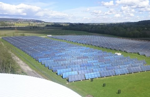 Varme og strøm: I Akershus EnergiPark har Akershus Energi erfaring med solfangere. De produserer varme som inngår i fjernvarmeleveransene. Otovo som Akershus Energi har investert i, leverer solcelleanlegg som produserer strøm. Foto: Akershus Energi
