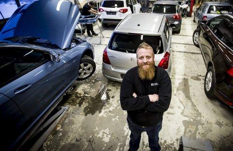 Økt pågang av bulker og riper: Frode Hagen ved Lillestrøm Bil & Karosseri tror folk stresser for mye. foto: lisbeth lund andresen