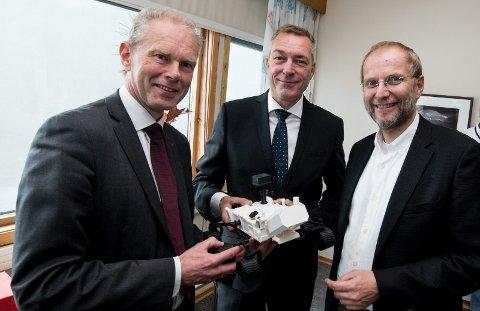 Det umuliges kunst: Forsvarsminister Frank Bakke-Jensen mener Rimfax-radaren plasserer Norge på et nivå man ikke trodde ville være mulig. Her med modell av Mars-kjøretøyet, flankert av FFI-sjef John-Mikal Størdal og forskningsleder Svein Erik Hamrén. Foto: Vidar Sandnes