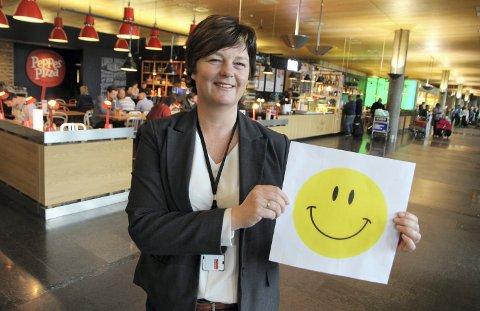 FORNØYD: Avdelingssjef Gry Marianne Holmbakken og hennes kolleger har gitt ut mange smilefjes i 2020. Men også noen surefjes. Her er hun hos Peppes Pizza på Gardermoen, som hadde inspeksjon siste gang i juli 2019.