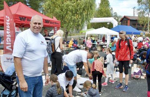 FUGLEKASSER: Distriktssjef Søren Halck-Johannsen i Block Watne administrerte fuglekassesnekring. I år ble det snekret 238 kasser, og det er rekord.