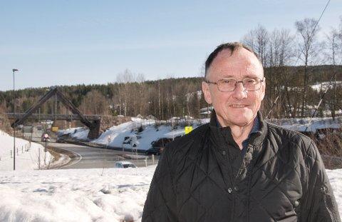 Daglig leder Børge Skårdal i E134 Haukelivegen AS er fornøyd med skissene.