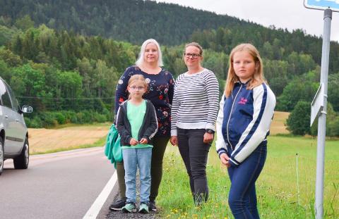 HÅPER: Bak fv. Ine Molin Utne og Ellen Trachte fortviler over at barna deres Nora (7) og Thea (9) har mistet taxi-ordningen de har i dag. Politikerne i Røyken har håp om en løsning.
