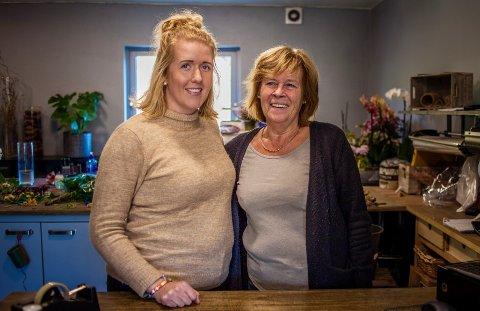FORNØYD: Jeanette Sjøvold Berntsen og Birgit Larsgård Glimsjø hos Husets Blomst i Røyken.