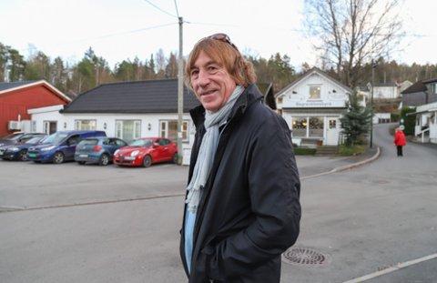VIL HA OMKAMP: Tor Kise Karlsen håper på omkamp om riving av de eldste trehusene i Slemmestad. - Jeg tror ikke politikerne forsto konsekvensene av sitt vedtak, og at de eldste husene i sentrum må bort, sier han.