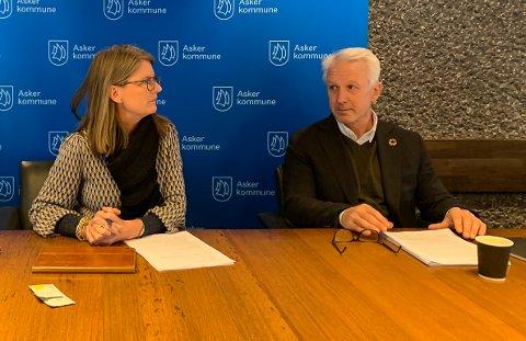HAR LITT Å SI: Ordfører Lene Coradi og kommunaldirektør Lars Bjerke i Asker kommune skal si litt om hva som skjer i tida som kommer når Mulens Kafe streamer live torsdag kveld.