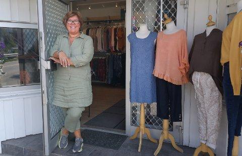 I OKTOBER ER DET SLUTT: Slik er vi vant til å se henne, Marit Sæthre Vannebo som har drevet Marits Mote i Sætre i 15 år. Men i oktober legger hun ned butikken.
