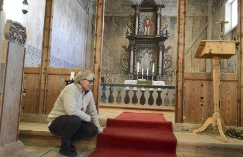 RØD LØPER: Hver julaften ruller kirketjener Line Brynjulfsen ut den røde løperen i Høyjord stavkirke. Alle foto: Erik Andreassen