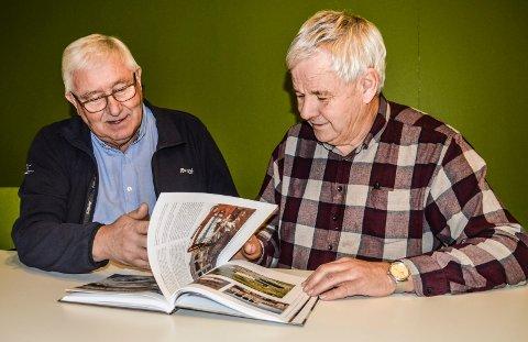 MINNEBOK:  – Vi synes det er viktigå ta vare på historien om menneskene og prosjektene, forteller Even Haughem (t.v.) og Ivar Fevang, som er to av komitemedlemmene for boka om Thorstein Hansen.