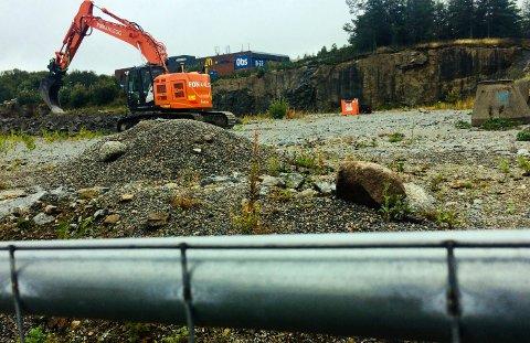 KLART FOR BYGGESTART: En gravemaskin har noen dager klargjort for fundamentering av det nye byggvarehuset på Fokserød.