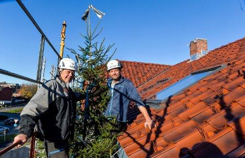 KRANSELAG: Taket er ferdig med nesten usynlige snøstoppere og to klassisk teglsteinspiper. Byggherre Steinar Hvitstein er strålende fornøyd med jobben byggeleder Harald Frøysnes, og resten av gjengen i Kodal Bygg har lagt ned i prosjektet.