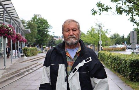 STÅR UTEN FASTLEGE: Tor Oskar Jørgensen får ikke meldt flytting til Norge på en god stund fremover. Dermed mister han retten til fastlege og får ikke fornyet resepter på nødvendige medisiner. FOTO: Emilie Moan