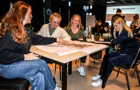 GRUPPEARBEID: Josefine Melsom (f.v.), Emilie Brekke, Aurora Wike Snildal og Viktoria Abrahamsen nærmer seg avslutningen. Josefine og Emilie representerte SVGS. Aurora og Viktoria går på Bugården ungdomsskole.