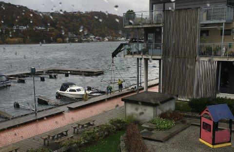 Store mengder nedbør i kombinasjon med vind har skapt problemer i helga. Denne båten ved Altona brygge måtte reddes før den gikk til bunns.