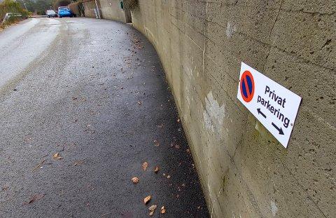I Lauvmeisveien henger slike skilt på støttemurene. Trolig er de satt opp av andre enn kommunen.