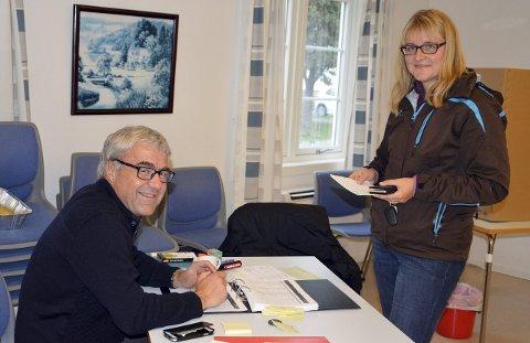 FØRSTE GANG: Oline Øyangen er en av mange sarpinger som stemte for første gang ved Kirkevalget. Thormod Bjerkholt er valgkontrollør ved Lande skole. FOTO: TERJE ANDRESEN